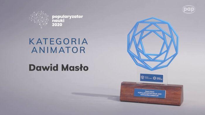 Baner na szarym tle przedstawiający niebieską statuetkę Popularyzator Nauki 2020 r. - kategoria animator - Dawid Masło