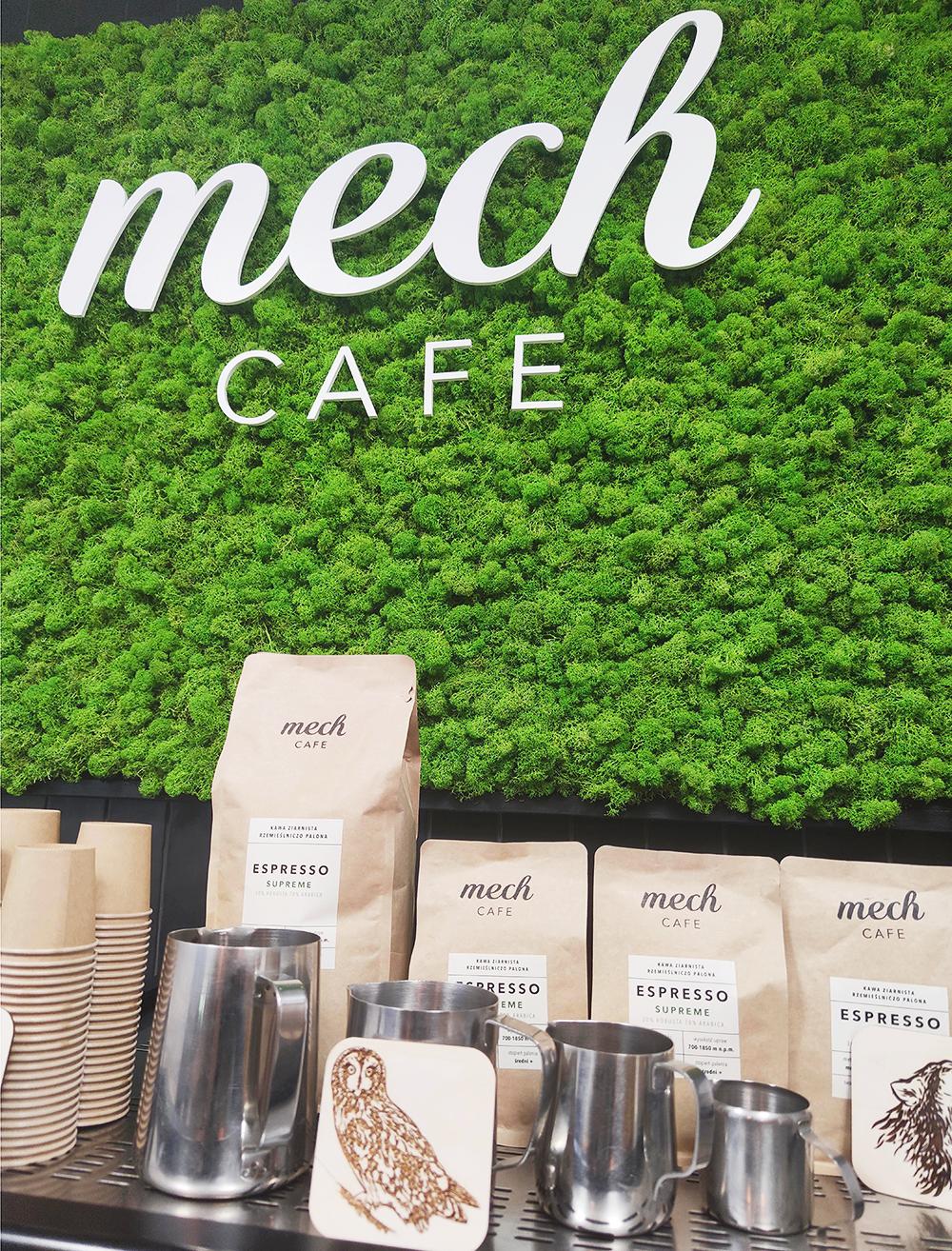 Zdjęcie przedstawiające kawiarnię Mech Cafe z chrobotkiem w tle